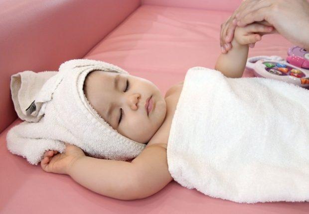 Массад рук младенцу